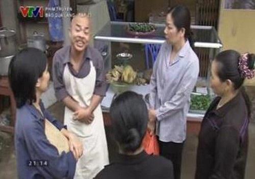 Chủ quán bán thức ăn chín trong Bão qua làng. Ảnh: TL.