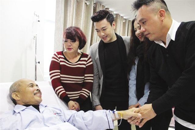 Rất nhiều bạn bè, đồng nghiệp, đàn em... đã đến thăm nam nghệ sĩ khi ông còn nằm trên giường bệnh. Ảnh: TL.