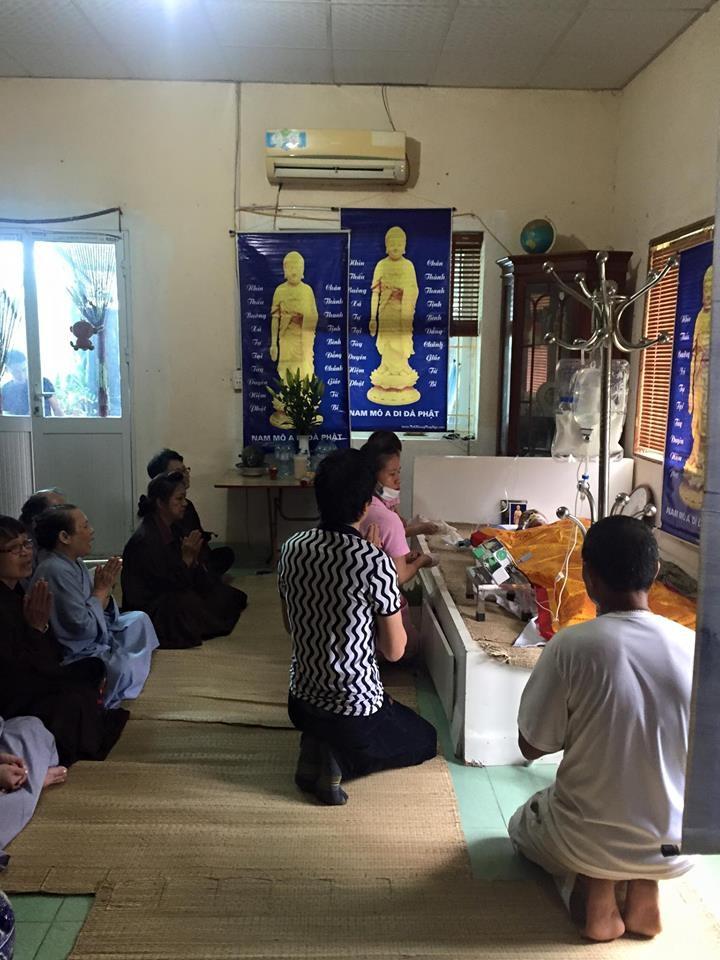 Gia đình vẫn tiếp tục niệm Phật cầu siêu thoát cho NSƯT Hán Văn Tình tại nhà riêng. Ảnh: HQ8.