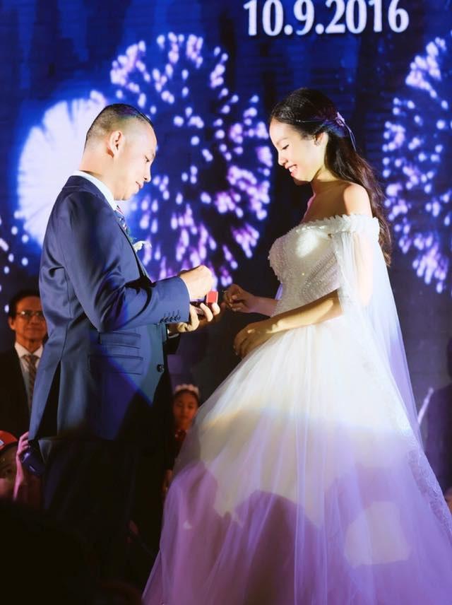 Không gian tiệc cưới được trang trí như một tiệc khiêu vũ với đèn nến lung linh. Tiệc cưới cũng bắt đầu bằng màn khiêu vũ đầy ấn tượng do các cộng sự và học trò của Chí Anh biểu diễn để chúc mừng cho đám cưới của anh.