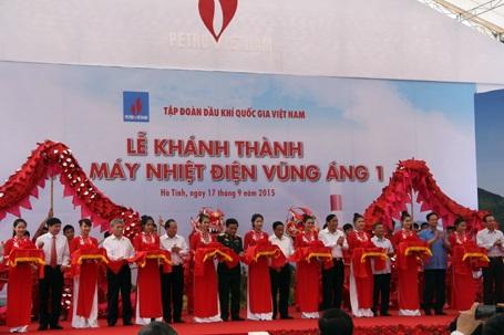 Sau khi phát biểu chỉ đạo, Thủ tướng Nguyễn tấn Dũng cùng lãnh đạo bộ, ngành, chủ đầu tư, chính quyền tỉnh Hà Tĩnh cắt bằng khánh thành Nhà máy Nhiệt điện Vũng Áng 1
