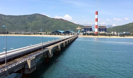 Nhà máy Nhiệt điện Vũng Áng 1 được xây dựng tại xã Kỳ Lợi, huyện Kỳ Anh, Hà Tĩnh (ảnh nhìn từ cầu cảng tải than nhìn vào)