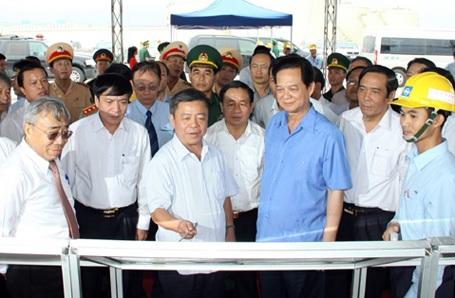 Thủ tướng nghe lãnh đạo tỉnh Hà Tĩnh, lãnh đạo tập đoàn Formosa trình bày tiến độ xây dựng Khu công nghiệp gang thép, cảng nước sâu Sơn Dương