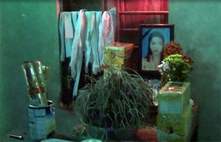 Gặp tai nạn điện giật thương tâm, chị Nguyễn Thị Thiều, mẹ bé Ngọc vừa qua đời hôm 8/9/2015. Chị mất để lại cho chồng 2 đứa con thơ dại, bé gái đầu 2,5 tháng tuổi, còn cháu Nguyễn Văn Thế Ngọc mới gần 4 tháng tuổi.