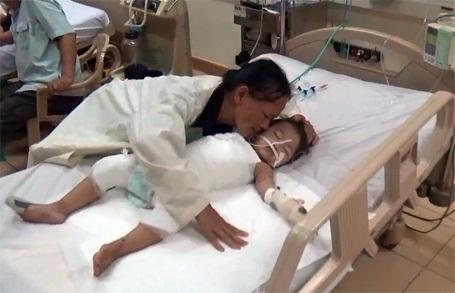 Mấy ngày bé Huyền Trang nằm đau đớn trên giường bệnh, chị Lam không ăn, không ngủ. Chị thức trắng, canh chừng đứa con thơ, bởi chị sợ con chị đi mà không được nhìn mặt mẹ.