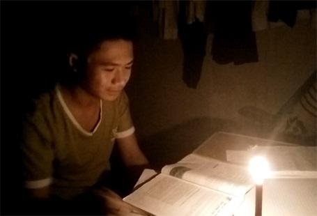 Nhiều em học sinh phải thắp đèn cầy để học