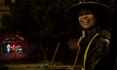 Phía sau nụ cười giữa đêm khuya này là bao nỗi ưu tư của chị Hương.