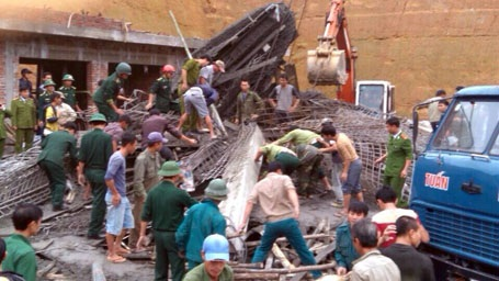 Hiện trường ngổn ngang của vụ tai nạn lao động nghiêm trọng.