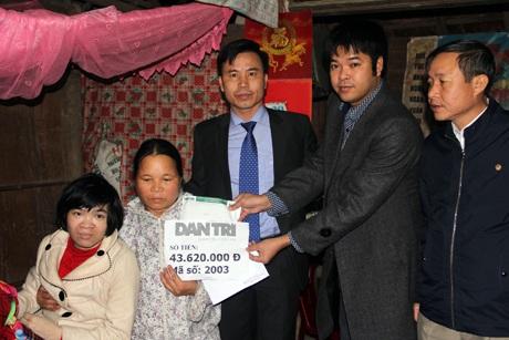 PV Dân trí cùng Chủ tịch UBND huyện Hương Khê Lê Ngọc Huấn, đại diện chính quyền xã Hương Vĩnh trao số tiền 43.620.000 đồng của độc giả báo Dân trí cho mẹ con chị Lương.