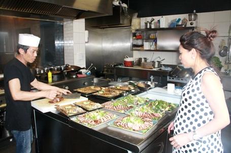Chị Ngần chỉ đạo đầu bếp nấu các món ăn Việt Nam