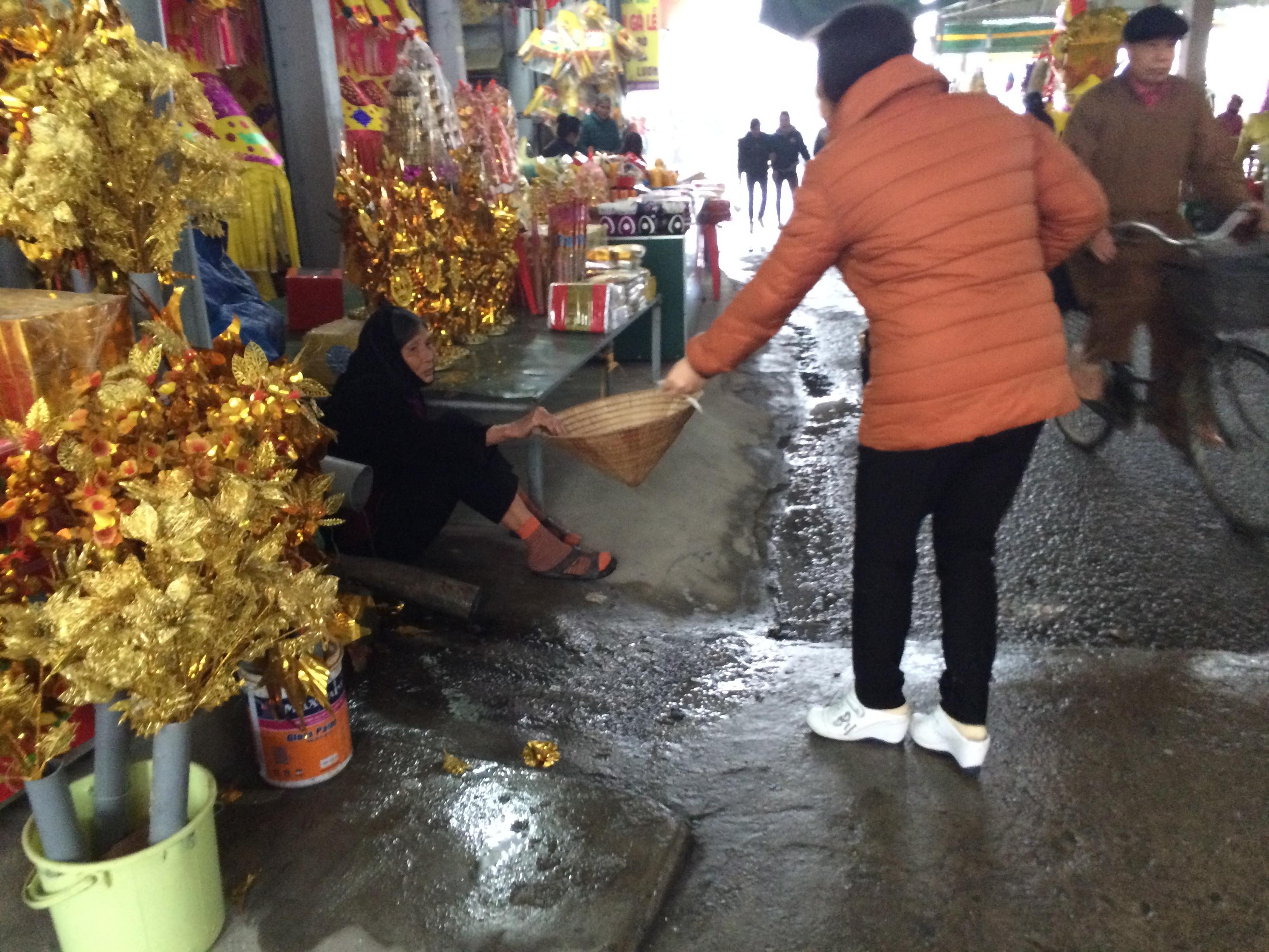 Đã rất nhiều lần báo chí lên tiếng về vấn nạn ăn xin ở đền ông Hoàng Mười nhưng tình trạng này vẫn chưa chấm dứt