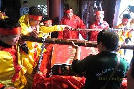 Chiếc bánh chưng được vận chuyển từ khu du lịch sinh thái lên nhà thờ Hải Thượng, xã Sơn Quang.