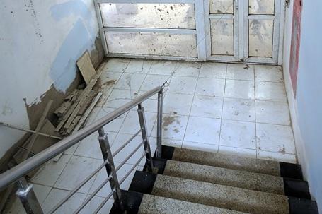 Nhiều hạng mục bên trong tòa nhà liên hợp, quốc môn nhếch nhác, hư hỏng.