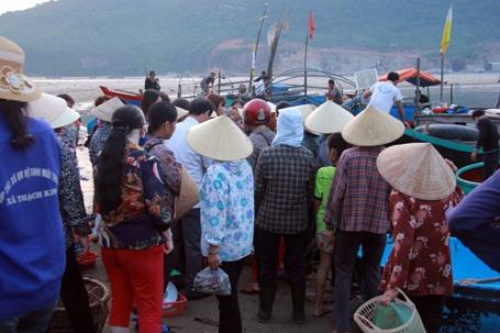 Người dân đã quay lại cảng Cửa Sót đông hơn những ngày trước.