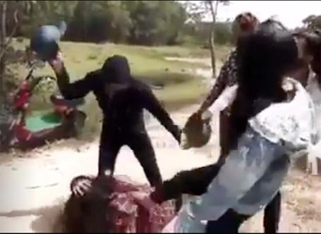 Cả nhóm xông vào hành hung dã man nữ sinh (Ảnh cắt từ clip)