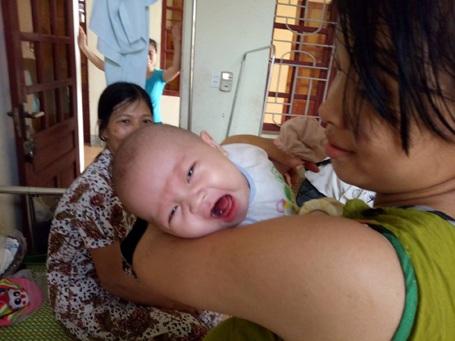 Bé Mai Khôi những ngày còn nằm viện vì chứng viêm phổi. Sau khi hoàn cảnh của bé được Dân trí đăng tải, nhiều bạn đọc đã quan tâm, hỗ trợ bé.