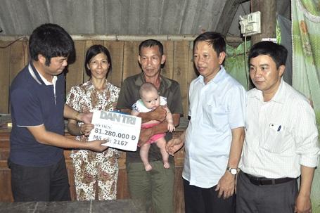 PV Dân trí cùng chính quyền địa phương trao số tiền 81.280.000 đồng của các nhà hảo tâm cho bé Mai Khôi.