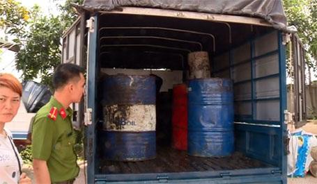 Toàn bộ hơn 600 lít dầu ăn đã qua sử dụng mà đối tượng Nguyễn Thị Tuyết thu gom tại Hà Tĩnh bị công an địa bàn tạm giữ để phục vụ xác minh, điều tra.
