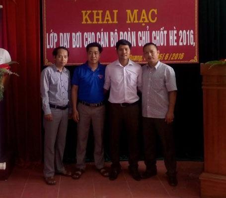 Thầy Lê Quốc Châu ngoài cùng bên trái trong lễ khai mạc lớp dạy bơi cho cán bộ đoàn chủ chốt huyện Vũ Quang, hè 2016.