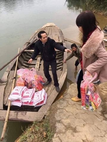 Thầy giáo Lê Quốc Châu trong một hoạt động cứu trợ bà con vùng lũ tại huyện Đức Thọ, Hà Tĩnh.