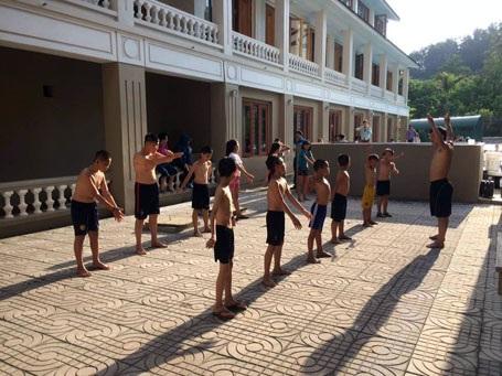 Một lớp dạy bơi do thầy Lê Quốc Châu tổ chức tại huyện Hương Sơn, hè năm 2016.
