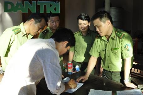 Lực lượng kiểm lâm lập biên bản về hành vi nuôi nhốt cá thể voọc trái phép của gia đình ông phạm Văn Hùng.