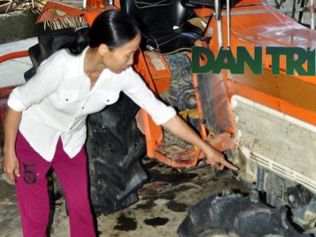 Vợ anh Quang chưa hết bàng hoàng, chỉ tay vào chiếc máy cày dính đầy máu của chồng khi bị các đối tượng truy sát.