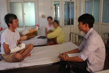 Điều tra viên của cơ quan điều tra công an huyện Hương Sơn lấy lời khai của anh Quang vào trưa ngày 3/7.