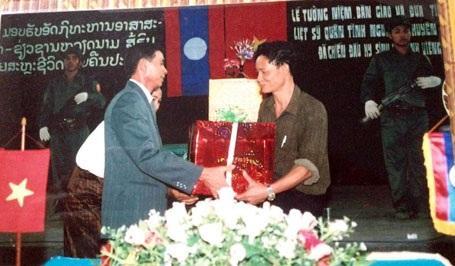 Ông Khăm Mừng (trái), người cung cấp thông tin về cựu chiến binh Đặng Úy cho Trung tá Đậu Văn Sáu (phải).