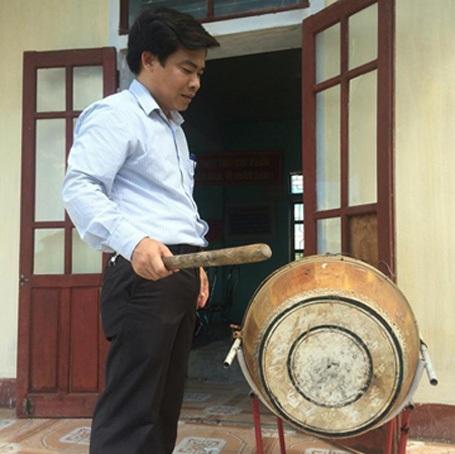 Thầy Hoàng Song Hào - Hiệu phó trường Tiểu học Kỳ Lợi đánh tiếng trống khai trường cho 119 em học sinh ở Đông Yên sau hơn 2 năm không được tới trường.