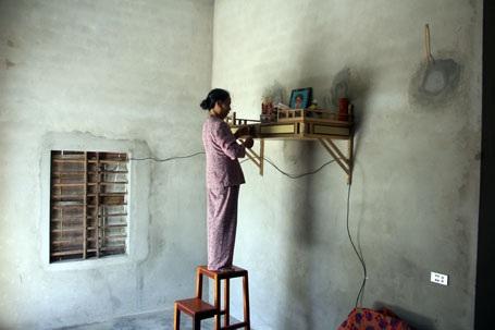Tin lời chính quyền xã, bà Hòa đã vay nợ xây cái nhà nhỏ này để có nơi thờ tự người chồng liệt sỹ. Nhưng cái giá mà bà phải trả là chuỗi ngày còng lưng trả nợ chưa biết khi nào chấm dứt?