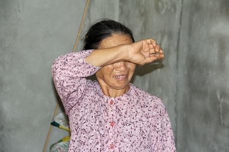 Người vợ liệt sỹ bật khóc khi nhắc đến khoản nợ mà bà phải oằn lưng trả trong 3 năm qua. Tưởng có nơi thờ tự, hương khói, báo đáp công ơn hy sinh của ông ấy, nào ngờ bác phải chịu quá nhiều tủi nhục. Biết thế, Bác đã không làm cái nhà này - bà Hòa khóc sụt sùi kể.