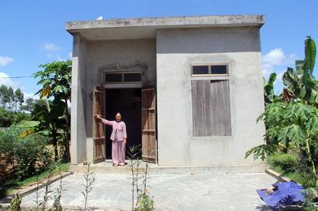 Sau khi hoàn thành xong căn nhà với tổng kinh phí hết 80 triệu đồng, năm lần bảy lượt bà Hòa khốn khổ đi hỏi tiền để trả nợ. Nhưng bà chỉ nhận được câu trả lời chưa có tiền.