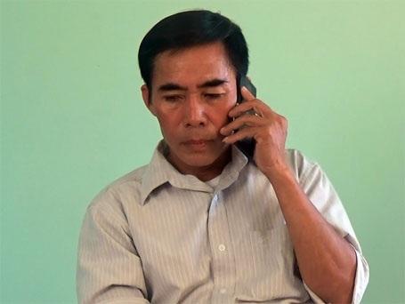 Ông Trần Văn Phụ gọi điện cho ông Long, vị chủ tịch MTTQ xã đã nghỉ hưu để hỏi về ngôi nhà xây của bà Hòa.