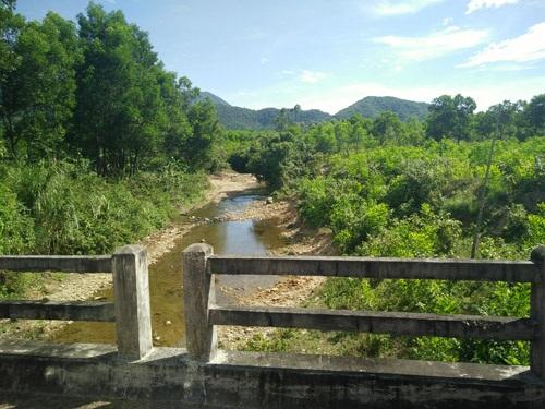 Con suối nhỏ, nơi đoàn công tác của Bộ TN-MT lấy mẫu thử nghiệm, cách khu vực chôn chất thải khoảng 100 m.