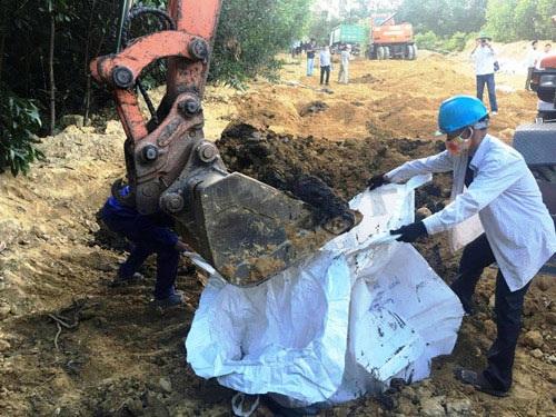 Khai quật số chất thải đã chôn lấp.