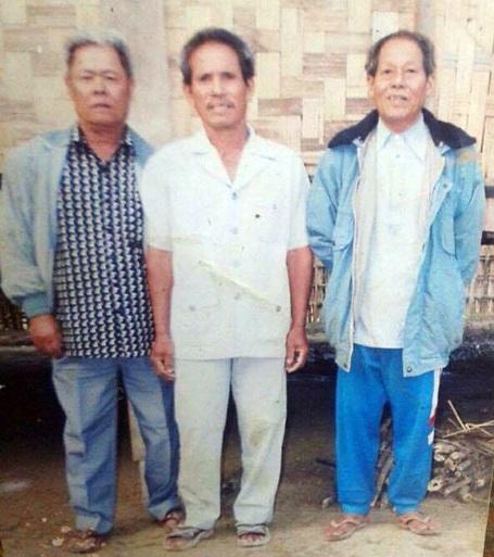 Ông Đặng Uy (ngoài cùng bên phải) bên hai anh trai của mình là ông Đặng Văn Ngữ và Đặng Quốc Trị chụp ảnh chung ở xóm Lèo, xã Tân Thịnh, huyện Lạng Giang, tỉnh Bắc Giang sau hơn 40 năm xa cách.
