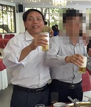 Ông Phạm Văn Nội - Bí thư Đảng ủy xã Phù Lưu (bên trái) - bị Công an huyện Lộc Hà bắt quả tang khi đang đánh bạc.