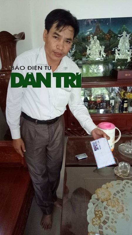 Ông Nguyễn Đình Linh cầm chiếc bì thư đựng 30 triệu đồng mà cán bộ tổ liên ngành mang đến trả cho ông sau khi vụ việc bại lộ.