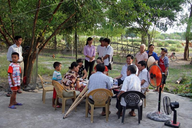 Rất đông bà con trong xóm đến chia vui với gia đình chị Liệu khi được bạn đọc Báo Dân trí giúp đỡ.