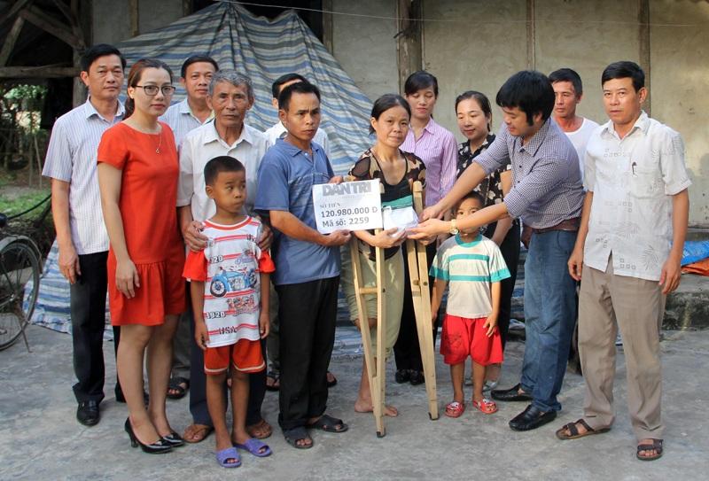 PV Dân trí cùng đại diện Phòng LĐ,TB&XH huyện Thạch Hà, chính quyền xã Việt Xuyên trao số tiền 120.890.000 đồng đến gia đình chị Liệu.