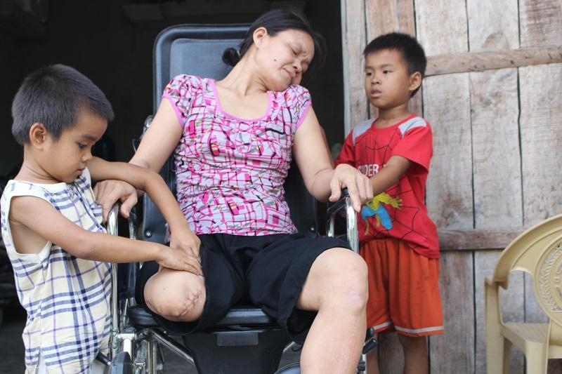 Hình ảnh hai bé Vũ, Vinh chăm sóc mẹ bị tai nạn bị máy cắt lìa chân khiến nhiều người rơi nước mắt.