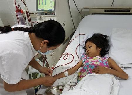 Nhờ sự bảo lãnh của các bác sĩ, em Ngọc đang được chữa trị nhưng quá trình điều trị còn kéo dài đến 2 tháng, với kinh phí vài chục triệu đồng là quá lớn với gia đình nghèo.