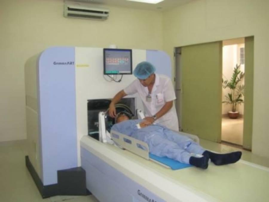 Chuẩn bị xạ phẫu cho một bệnh nhân tại Trung tâm ung bướu (BV Bạch Mai)