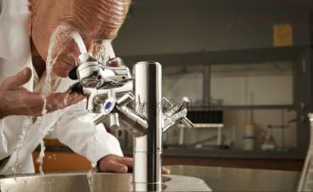 Rửa mắt là một bước sơ cứu quan trọng khi không may bị dầu mỡ, hóa chất, các gia vị bắn vào mắt.