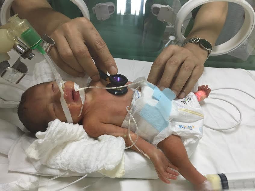 Hiện bé Trần Gấu đã được cai thở máy sau 22 ngày sinh.
