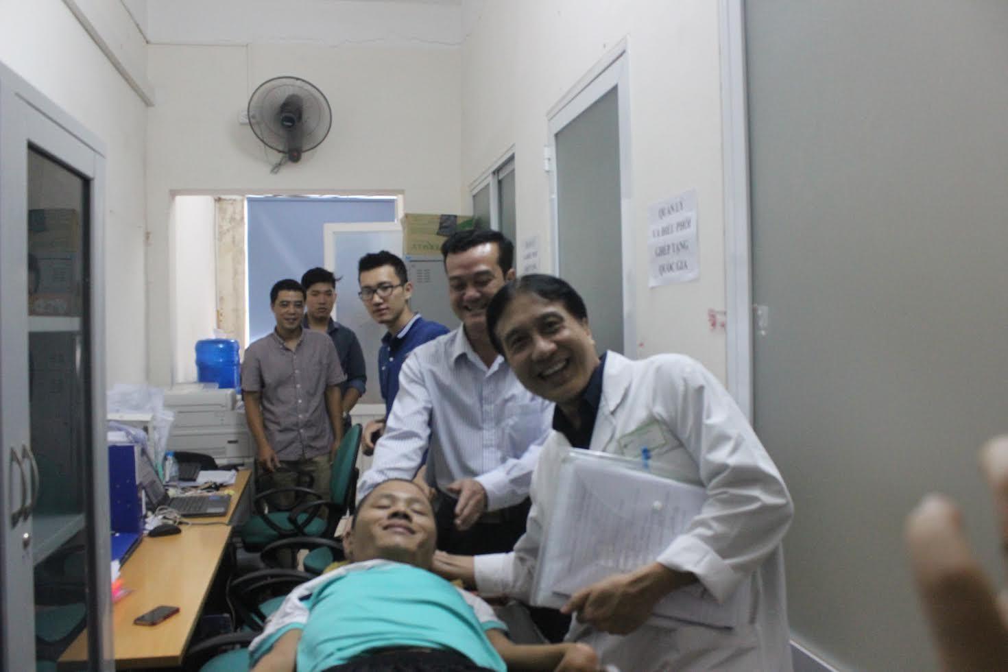 Anh Long đã được GS Sơn và cán bộ Trung tâm Điều phối quốc gia về ghép bộ phận cơ thể người đón tiếp chu đáo, giải thích về nguyện vọng của anh và động viên, tư vấn anh tiếp tục điều trị.