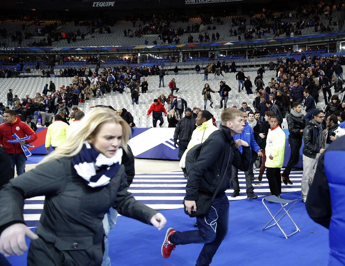 Khán giả tại sân vận động Stade de France hoảng loạn sau khi nghe nhiều tiếng súng nổ bên ngoài sân vận động hôm 13/11 - thời điểm Paris bị tấn công khủng bố liên hoàn. Các vụ tấn công diễn ra tại 6 địa điểm, trong đó có sân Stade de France, nhà hát Bataclan, Le Carillon, Le Petit Cambodge, La Belle Equipe. Gần 130 người thiệt mạng trong các vụ tấn công, trong đó 89 người thiệt mạng trong vụ thảm sát tại nhà hát Bataclan. (Ảnh: AP)