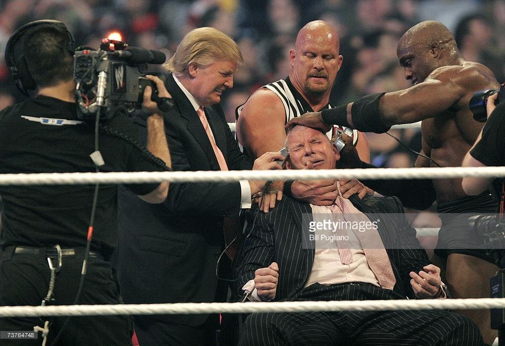 Trump thắng cược và cạo trọc đầu của Vince McMahon, ông chủ của kênh truyền hình đấu vật thế giới (WWE). (Ảnh: Getty)