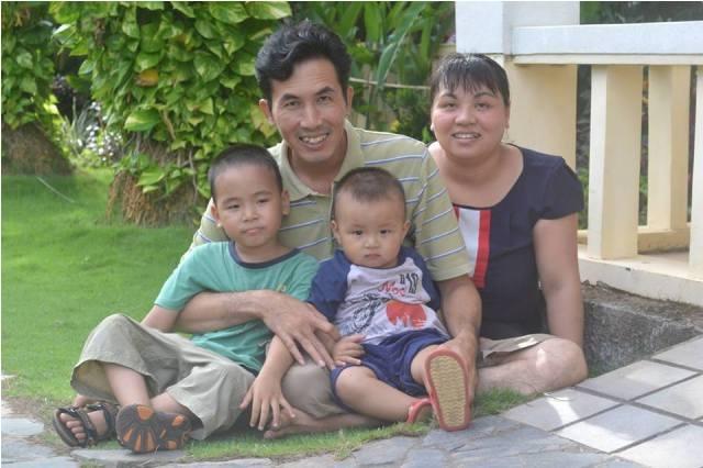Ông Cử có gia đình hạnh phúc với vợ và 2 con trai.